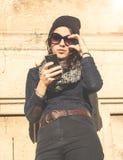 Muchacha adolescente hermosa que ajusta los vidrios de sol Fotos de archivo libres de regalías