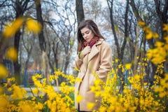 Muchacha adolescente hermosa que camina en un parque de la primavera Foto de archivo