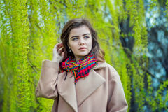 Muchacha adolescente hermosa que camina en un parque de la primavera Fotos de archivo libres de regalías
