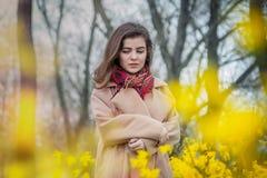 Muchacha adolescente hermosa que camina en un parque de la primavera Imagen de archivo