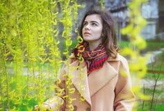 Muchacha adolescente hermosa que camina en un parque de la primavera Fotografía de archivo libre de regalías