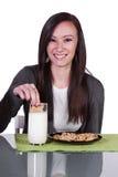 Muchacha adolescente hermosa que come las galletas Imagen de archivo