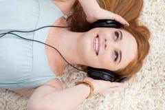 Muchacha adolescente hermosa que escucha la música Imagen de archivo libre de regalías