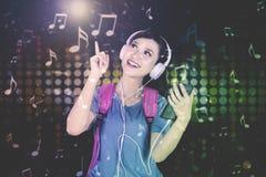 Muchacha adolescente hermosa que escucha la música Imágenes de archivo libres de regalías
