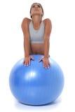 Muchacha adolescente hermosa que estira en bola del ejercicio Fotos de archivo