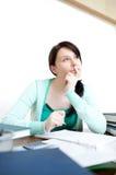 Muchacha adolescente hermosa que estudia en su escritorio Imagen de archivo