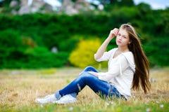 Muchacha adolescente hermosa que goza en naturaleza Fotografía de archivo libre de regalías