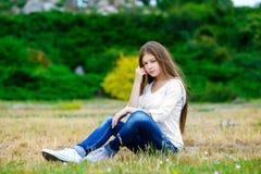 Muchacha adolescente hermosa que goza en naturaleza Foto de archivo libre de regalías