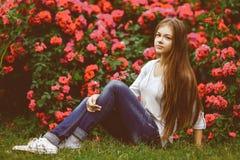 Muchacha adolescente hermosa que goza en naturaleza caliente Imágenes de archivo libres de regalías