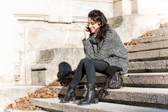 Muchacha adolescente hermosa que habla en el teléfono Imagen de archivo