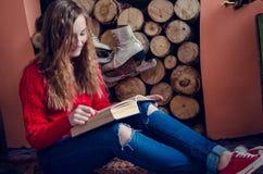 Muchacha adolescente hermosa que lee un libro Fotografía de archivo libre de regalías
