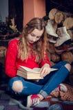 Muchacha adolescente hermosa que lee un libro Imagen de archivo libre de regalías