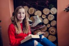 Muchacha adolescente hermosa que lee un libro Fotografía de archivo