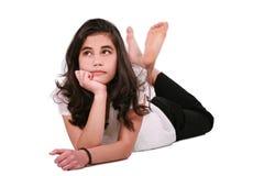 Muchacha adolescente hermosa que miente en el suelo que se relaja Fotografía de archivo