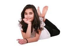 Muchacha adolescente hermosa que miente en el suelo que se relaja Imagen de archivo