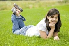 Muchacha adolescente hermosa que miente en hierba Fotografía de archivo