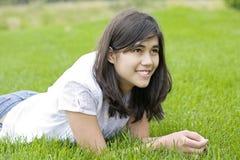 Muchacha adolescente hermosa que miente en hierba Imagenes de archivo