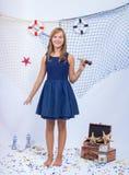 Muchacha adolescente hermosa que mira lejos con el telescopio adentro Fotos de archivo libres de regalías