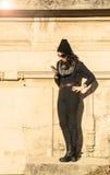 Muchacha adolescente hermosa que mira su smartphone - filtro caliente Fotografía de archivo