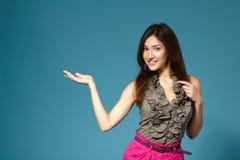 Muchacha adolescente hermosa que muestra algo con la mano Fotos de archivo libres de regalías