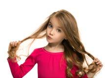 Muchacha adolescente hermosa que parece sorprendida aislado en blanco Imagen de archivo libre de regalías