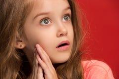 Muchacha adolescente hermosa que parece sorprendida en rojo Fotografía de archivo
