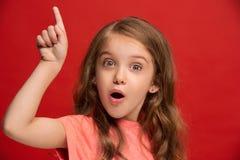 Muchacha adolescente hermosa que parece sorprendida en rojo Imágenes de archivo libres de regalías