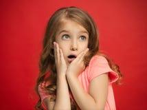 Muchacha adolescente hermosa que parece sorprendida en rojo Imagen de archivo libre de regalías