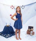 Muchacha adolescente hermosa que se coloca con la red en el mar Imagen de archivo libre de regalías