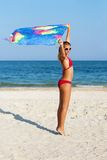 Muchacha adolescente hermosa que se coloca en la playa Imágenes de archivo libres de regalías