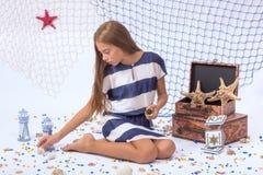 Muchacha adolescente hermosa que se sienta en piso con la pesca Fotografía de archivo