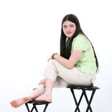 Muchacha adolescente hermosa que se sienta en taburete Foto de archivo libre de regalías