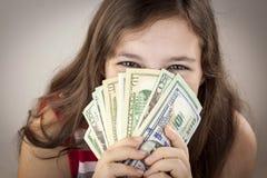 Muchacha adolescente hermosa que sostiene el dinero Imágenes de archivo libres de regalías