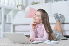 Muchacha adolescente hermosa que usa el ordenador portátil Foto de archivo
