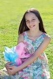 Muchacha adolescente hermosa sonriente con las pecas que sostienen el chocola de Pascua Fotografía de archivo