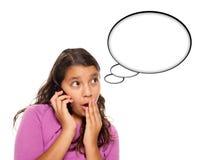Muchacha adolescente hispánica en el teléfono, burbuja en blanco del pensamiento Imagen de archivo