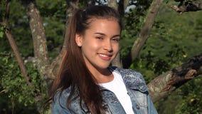 Muchacha adolescente hispánica en parque Foto de archivo libre de regalías