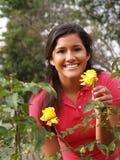 Muchacha adolescente hispánica joven con las rosas amarillas Imagenes de archivo