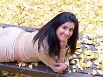 Muchacha adolescente hispánica joven en banco imagenes de archivo