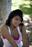 Muchacha adolescente hispánica joven sonriente del retrato al aire libre Foto de archivo