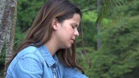 Muchacha adolescente hispánica llorosa con dolor emocional Imagen de archivo
