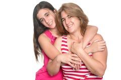 Muchacha adolescente hispánica que abraza su madre y sonrisa Fotos de archivo libres de regalías