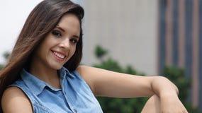 Muchacha adolescente hispánica sonriente Imagen de archivo libre de regalías