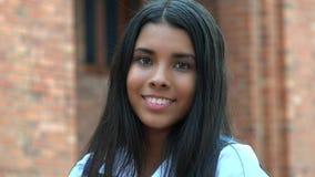 Muchacha adolescente hispánica sonriente y felicidad Imágenes de archivo libres de regalías