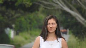 Muchacha adolescente impaciente que espera por la carretera nacional almacen de video