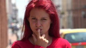 Muchacha adolescente impaciente y preocupante metrajes