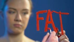 Muchacha adolescente insegura que escribe con la palabra fea en el espejo, problema de la barra de labios de la anorexia metrajes