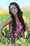 Muchacha adolescente joven al aire libre en medio de las plantas verdes en alineada Fotografía de archivo