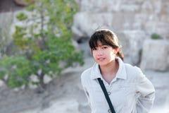 Muchacha adolescente joven al aire libre, sonriendo y mirando la cámara Imagen de archivo libre de regalías