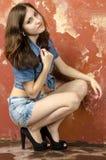 Muchacha adolescente joven alegre en pantalones cortos del dril de algodón Foto de archivo